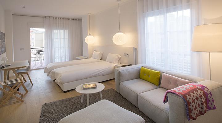 Een hotelkamer met Marble-bedden