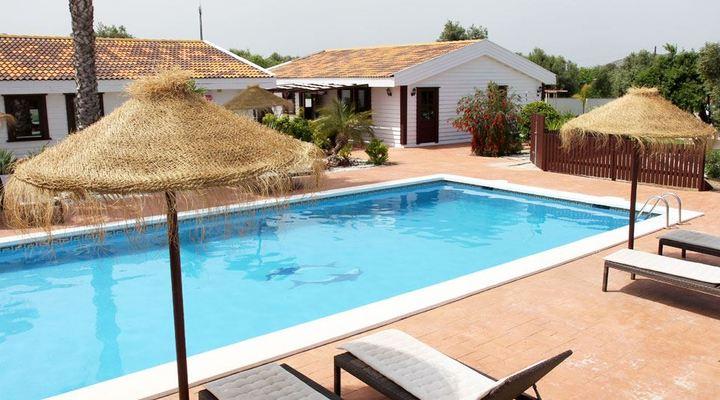 Het grote zwembad bij Villas del Alba