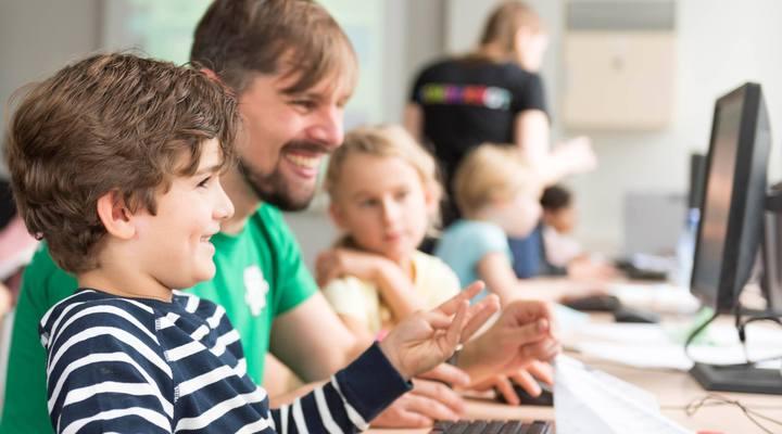 Kinderen op Bomberbot codekamp
