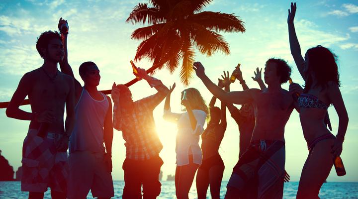 Feestende jongeren in de zon