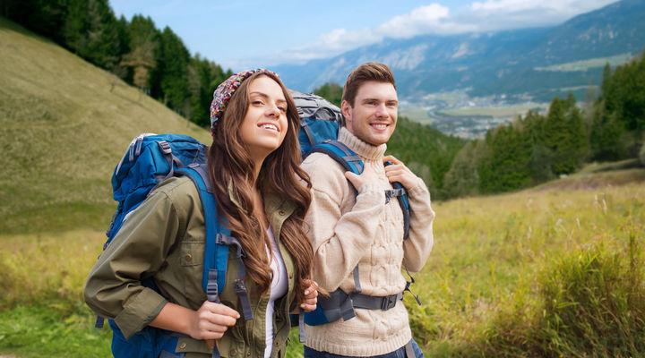 Jonge reizigers aan het hiken