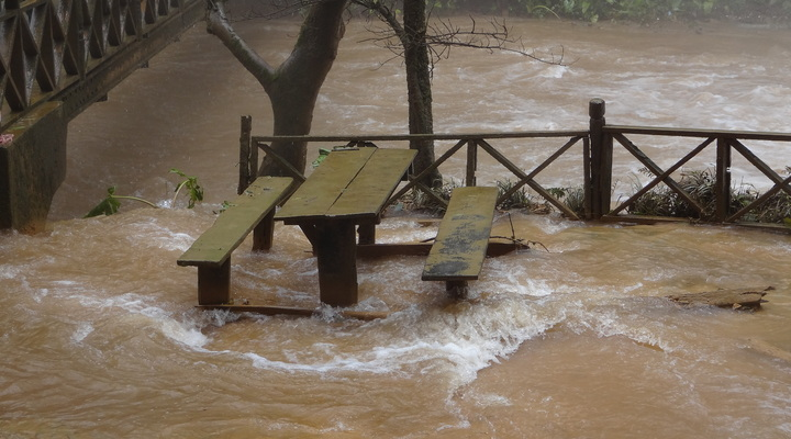 Kuang Si Watervallen in zwaar regenseizoen