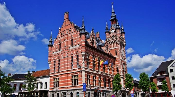Het imposante gemeentehuis
