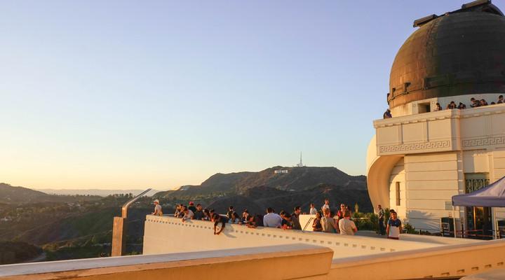 Majestueus uitzicht over LA en de Hollywood heuvels rond zonsondergang bij de Griffith Observatory