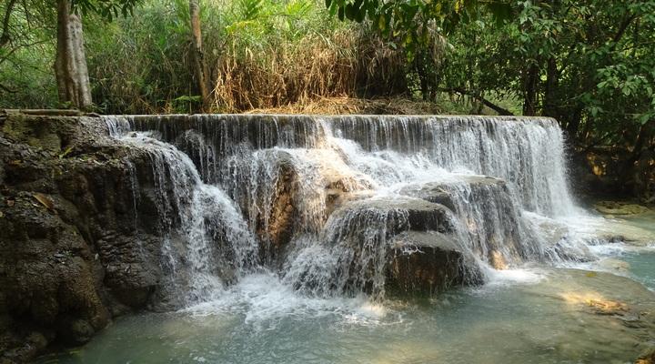 De oogverblindede mooie Kuang Si watervallen in een tropische omgeving