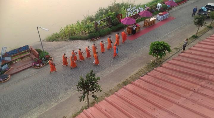 Monniken in het dorpje Chiang Khong gelegen aan de oever van de Mekong
